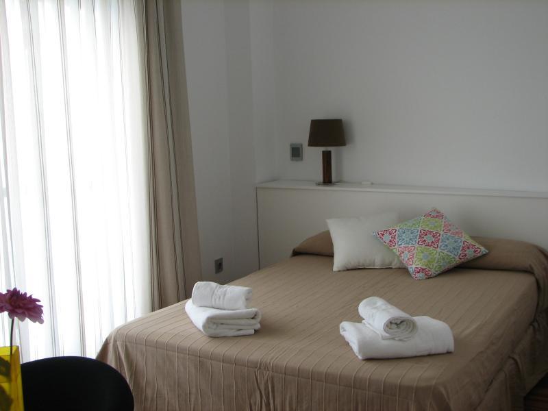 Chambre 2: lit double et accès à la terrasse
