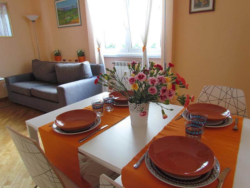 Salle de séjour avec table et 4 chaises