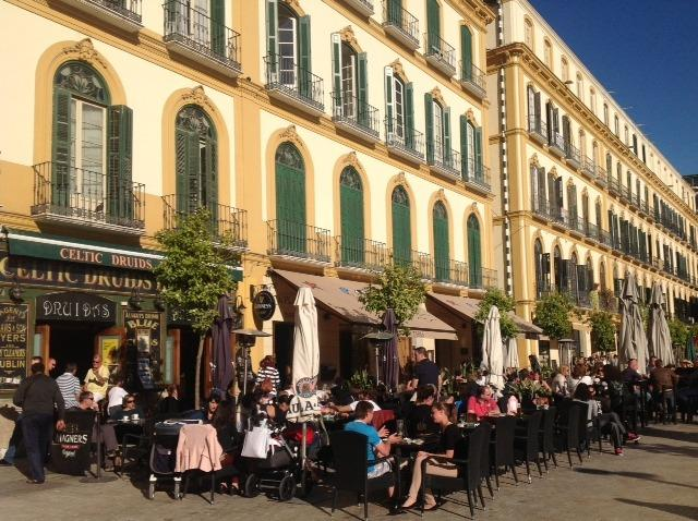 Pubs and restaurants you can enjoy just getting out from the apartment, located in Plaza  Merced