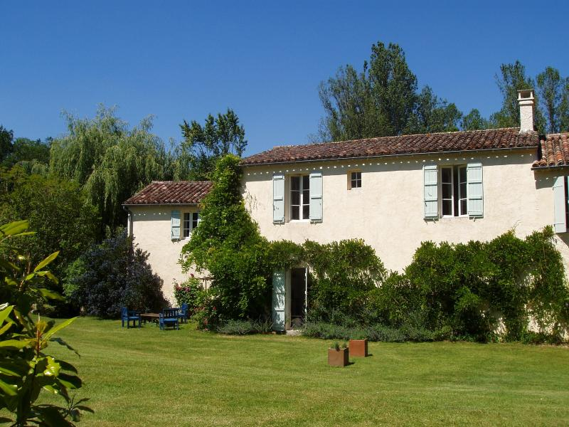 Mill Cottage, riverside garden with fishing, beautiful area, Mezin, Gascony, SW., holiday rental in Frechou