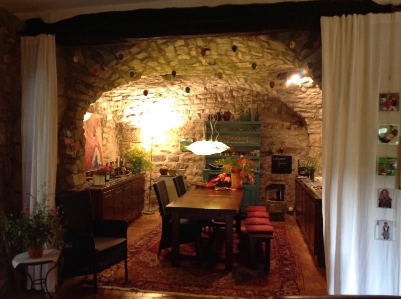 Stimmungsvoller Essplatz für 8 Personen im Natursteingewölbe gegenüber der amerikanischen Küche