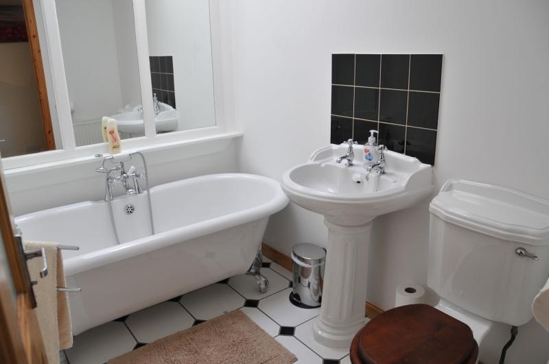 Cuarto de baño con bañera, aseo y lavado Cuenca
