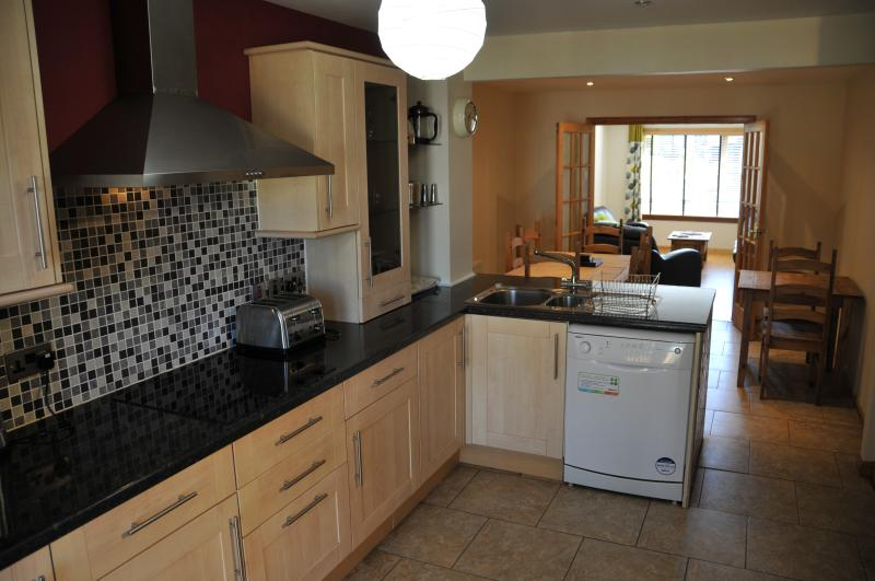 Fully fitted kitchen, dishwasher, microwave, oven/hob, fridge, washer/drier
