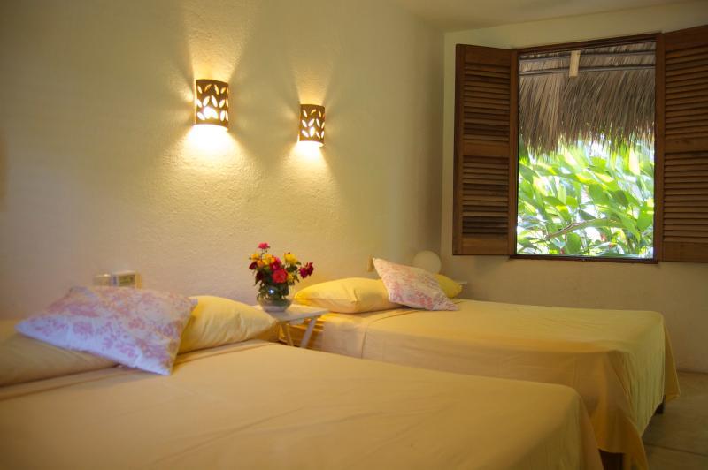Chambres donnent sur des jardins tropicaux, belles fleurs, palmiers, chant des oiseaux et vagues ; paradis !