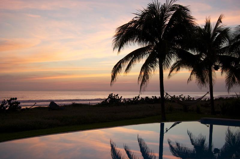 Boissons coucher de soleil assis au bord de la piscine - vivre la vie la plupart des gens ne rêvent que de ! Si belle!!