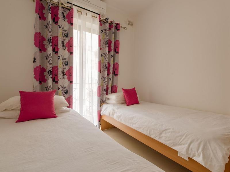 Quarto 3 com duas camas de solteiro