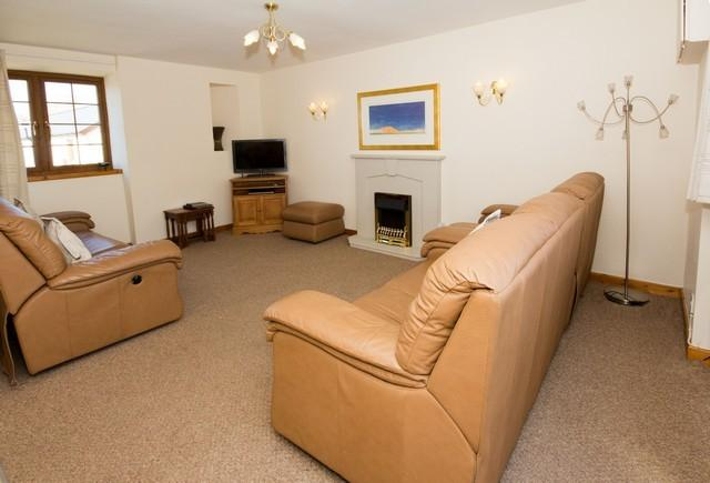 Lounge area with electrically reclining leather suite