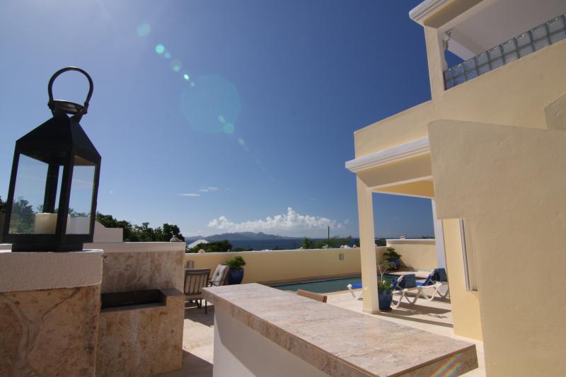 Profitez d'une vue sur l'océan et St Martin de toutes les zones de pont extérieur à Amandier villa.