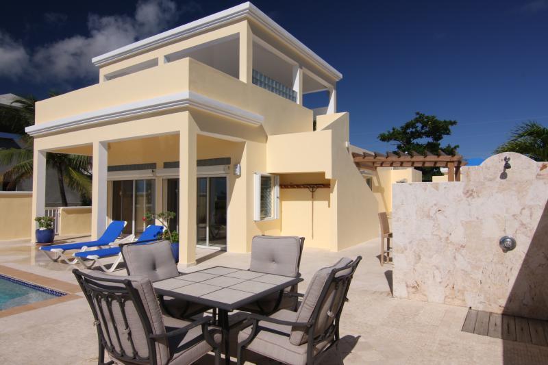 Le pont Almond Tree Villa piscine propose une douche extérieure et beaucoup de soleil et des zones ombragées pour se détendre.
