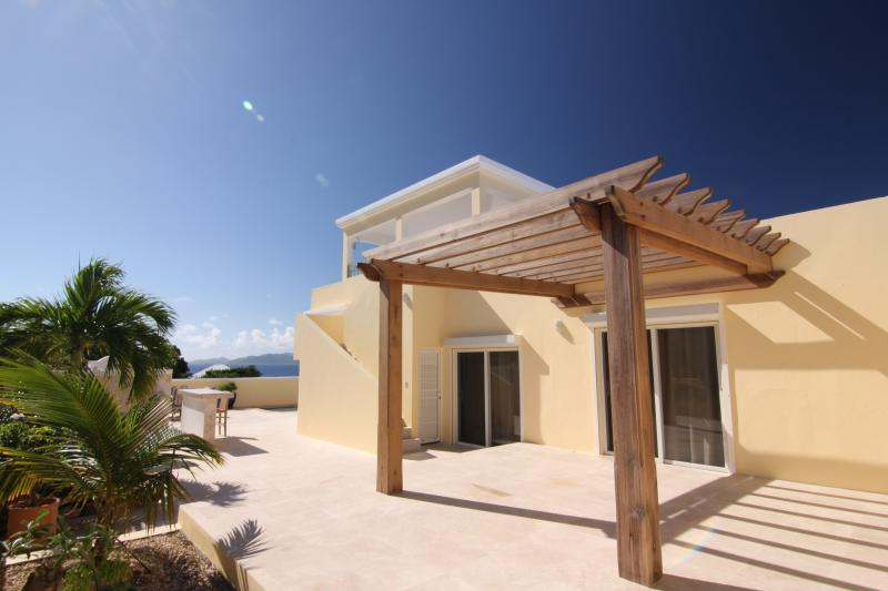 Almond Tree Villa offre deux zones de patio privé couvertes et découvertes, toutes avec vue sur l'océan.