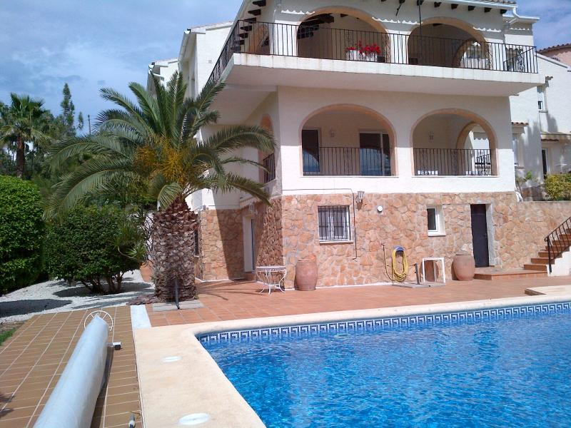 Villa Golf Oasis has pool terrace in full sun, overlooked by all nayas