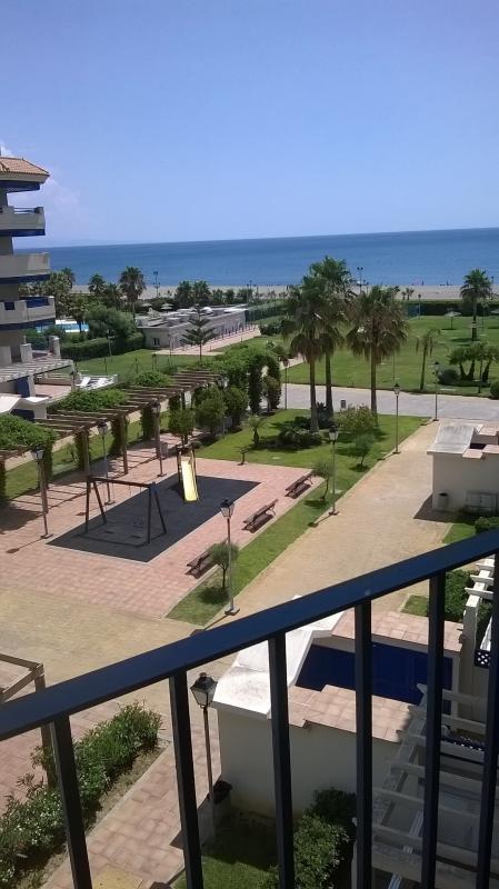 Vista desde el balcón. acceso seguro directo a la playa.