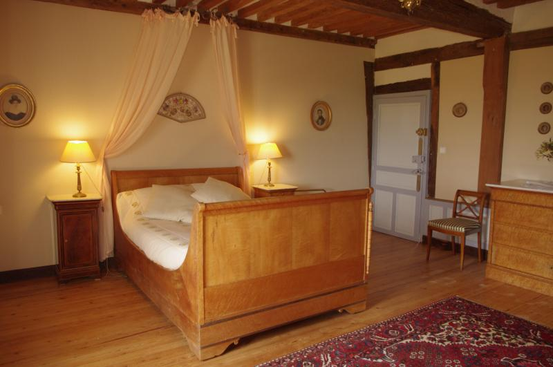 Chambre double OPERA. Salle de bains et WC, holiday rental in Ernes