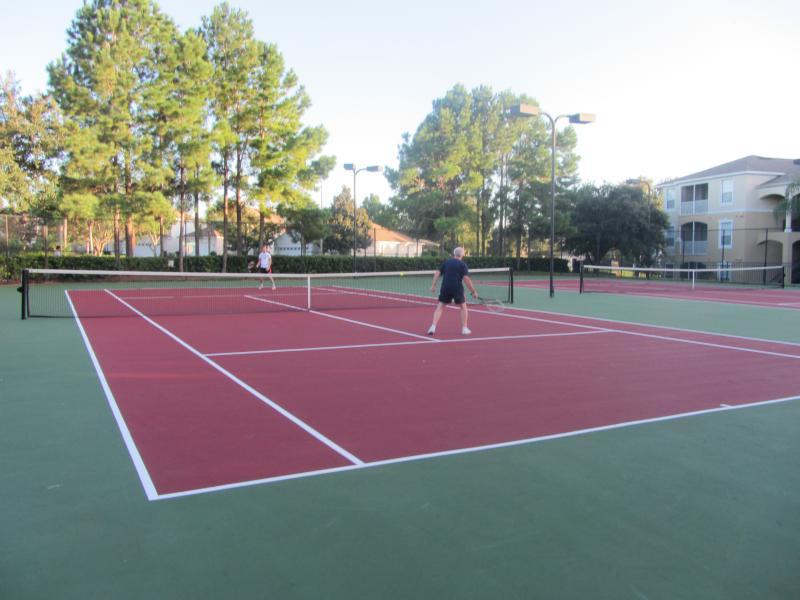 Quadras de tênis.  Tribunal de basquetebol e voleibol também localizado por clube