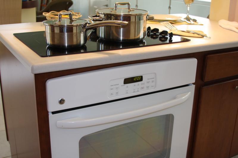 Îlot de cuisson en cuisine avec plaque de cuisson en céramique et four,