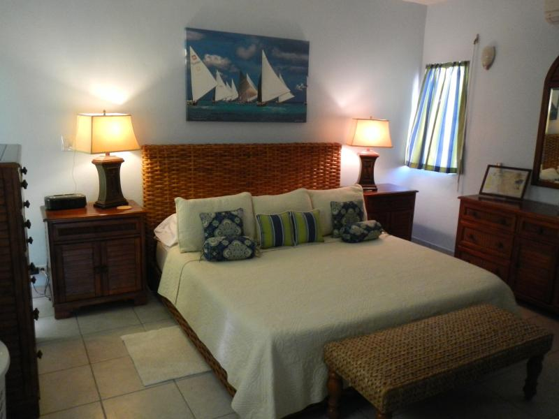 Chambre avec mémoire mousse tropicales et lit ameublement.