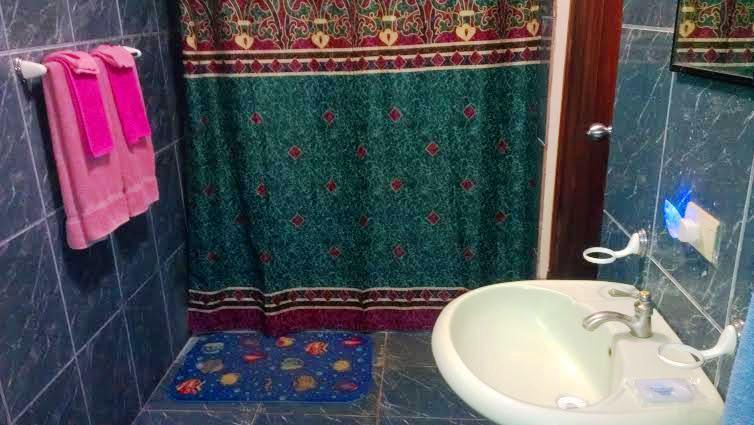 Cuarto de baño con duchas de agua caliente!