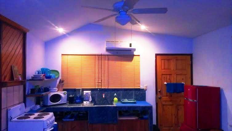 Área de cocina con ventiladores de techo y unidad de aire acondicionado