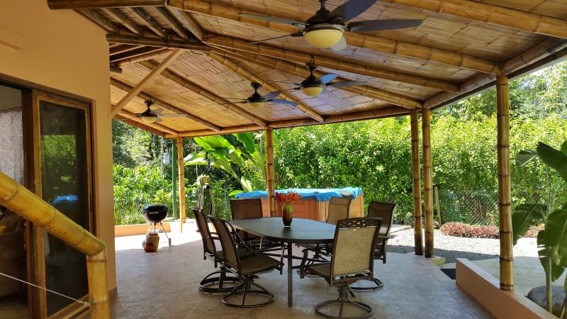 Espacio lounge al aire libre con mesa para 6 personas, parrilla y Jacuzzi