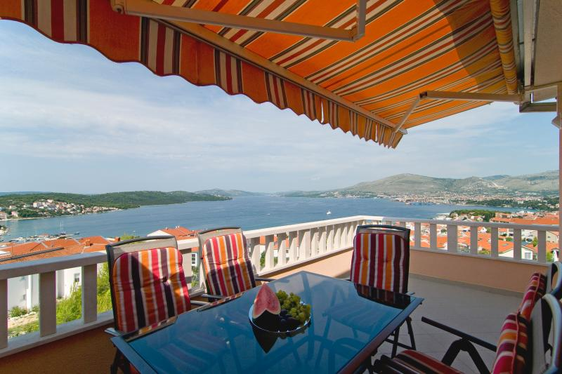 Luxury Villa with heated pool and amazing view, vacation rental in Okrug Gornji
