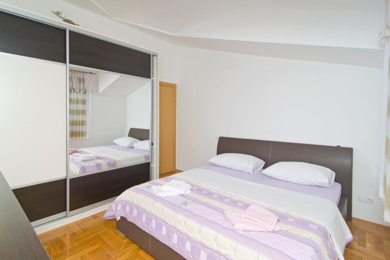 Chambre #3: lit Double-Air conditionné
