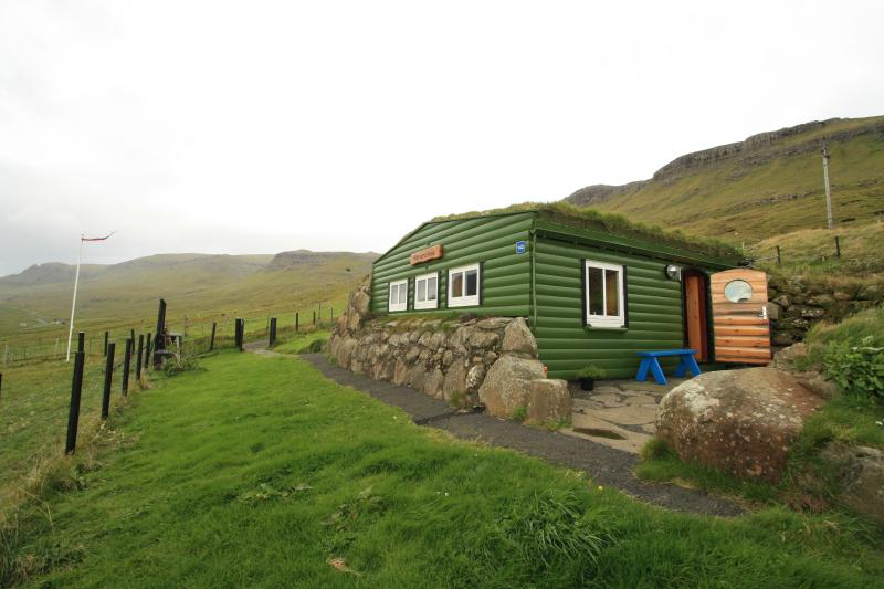 Hilmarsstova  (a Hobbit Hole), holiday rental in Skálavík