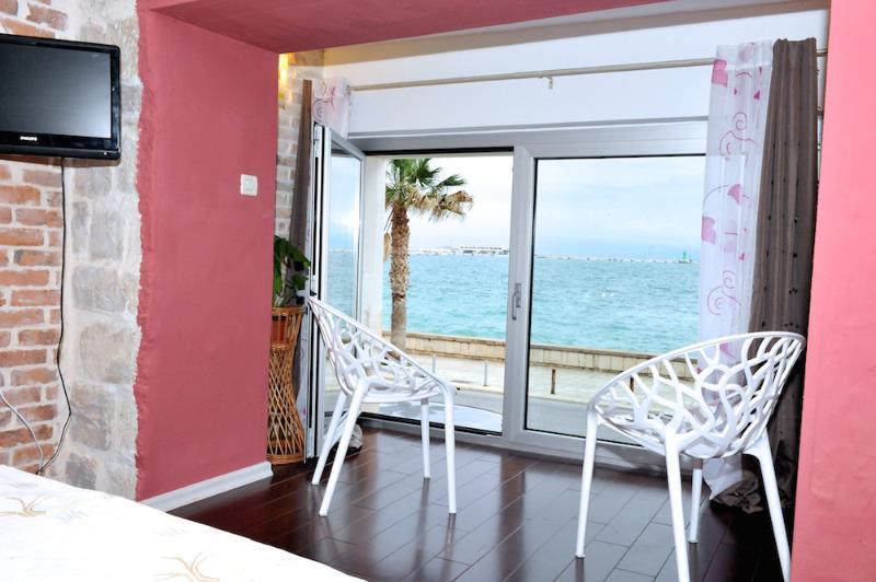 vue depuis l'appartement sur la promenade et la mer