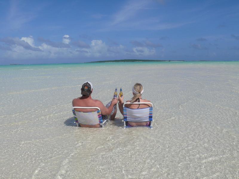 Sitter på Coco plommon Beach efter skalning för sand dollar.  Sand barer är oändliga vid lågvatten.
