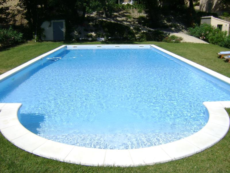Huge 14 x 7 m pool with saline filtration, cleaning robot and weekly maintenance