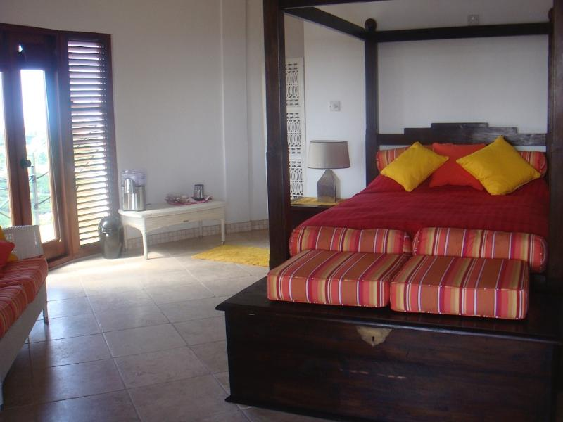 A suíte master com quatro cartaz cama de casal, vestiário e casa de banho privada