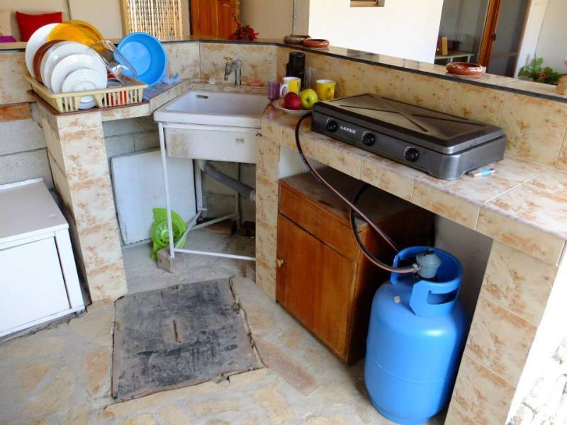 cocina con estufa de gas, fregadero y nevera