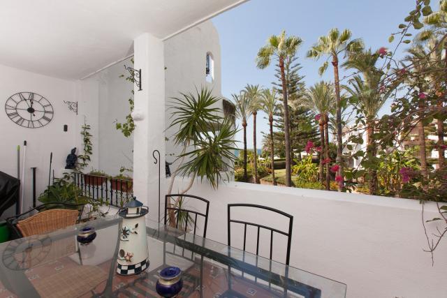 Vue panoramique de la résidence face à la mer, position à l'ouest, face au jardin et à la piscine.