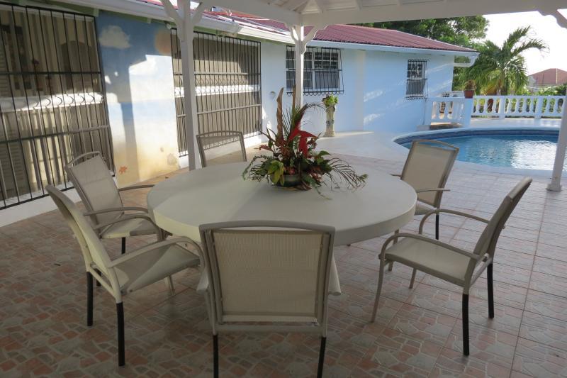Fadia's Private Villa with Pool and Rental Car, location de vacances à Saint Thomas Parish