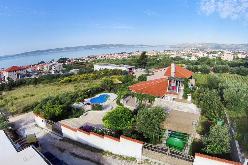 Villa Beleca with private pool, location de vacances à Kastela