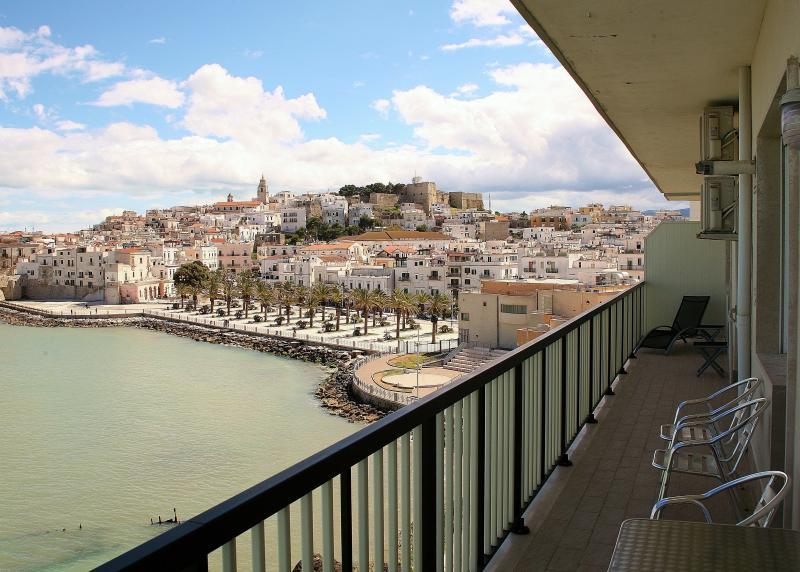 VISIÓN de 14 metros de largo balcón hacia el pueblo y la MARINA PICCOLA