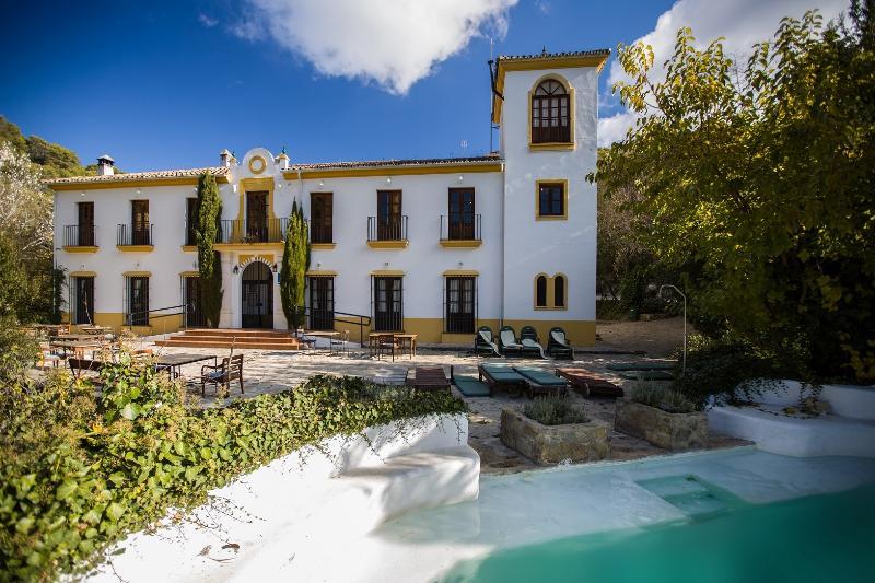 Fachada principal, terraza y piscina