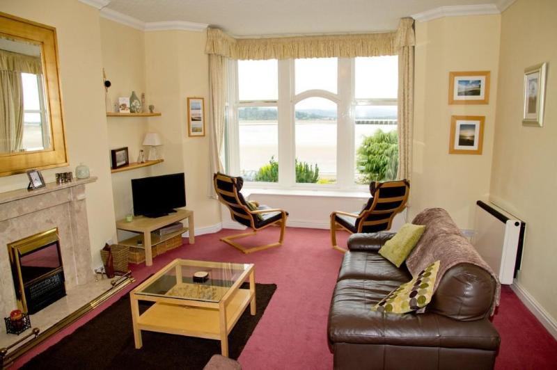 Vista desde su cocina su sala de estar y vista panorámica.