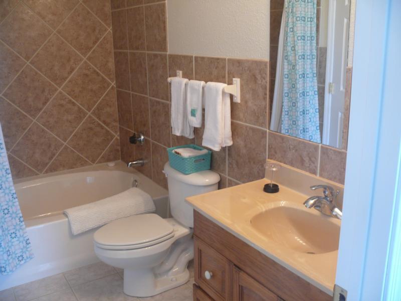 2 full ensuite badrum med överdimensionerade badkar