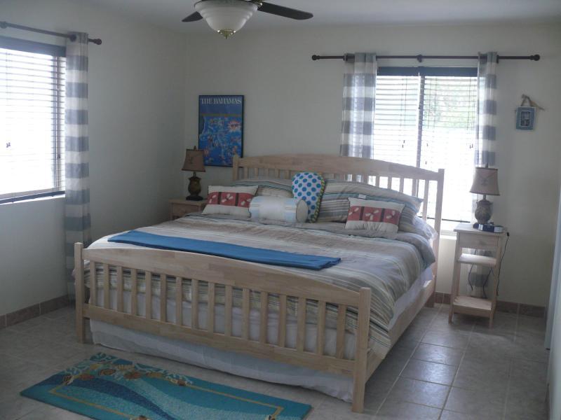 två sovrum med king-säng och kudde bäddmadrass och nya sängkläder