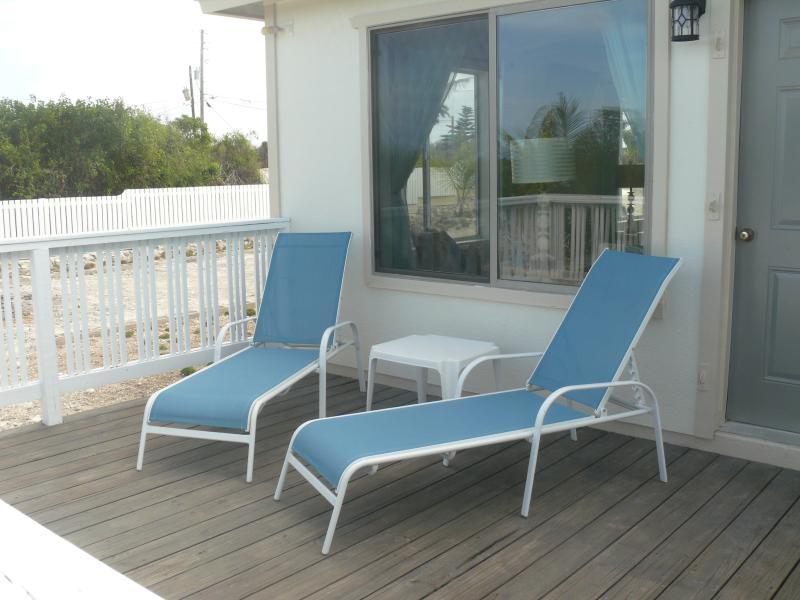 Njut av nya utemöbler lounge stolar, matbord och stolar och paraply