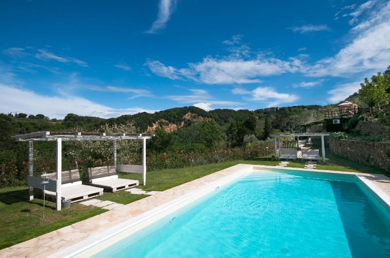 Villa Colle Tuscan Poolside House with Jacuzzi, holiday rental in Volterra