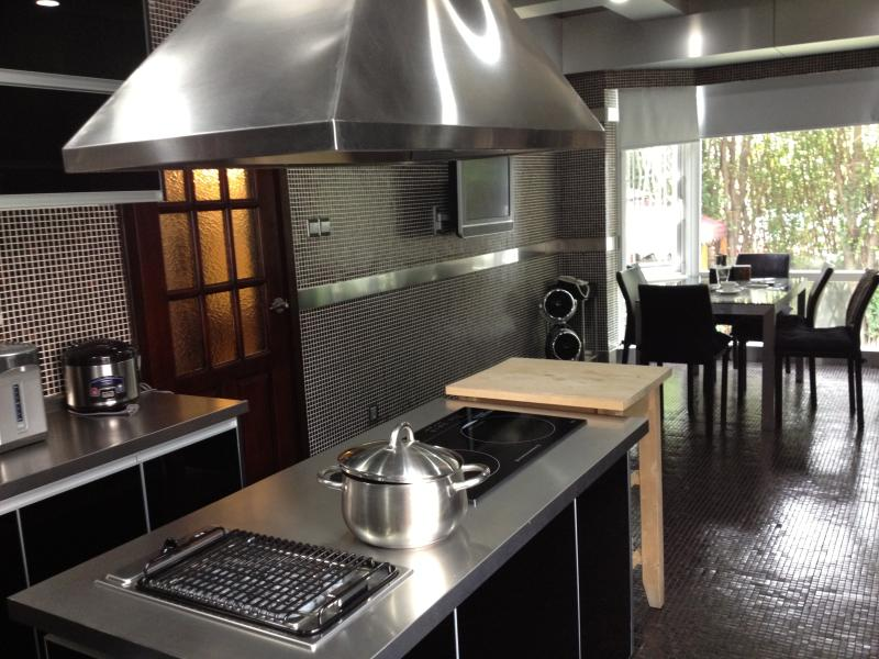 fully equipped kitchen with casual dining