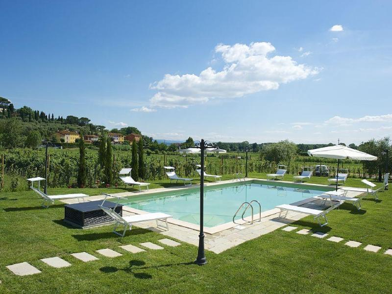 Farmhouse , pool, 13 px. Lucca 10km, vacation rental in Guamo