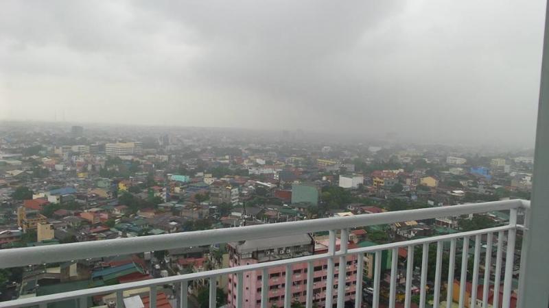 Con vista della città attraverso il balcone