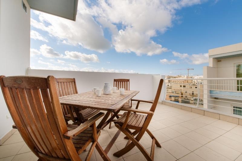 Charming 3 Bd Penthouse in a Prime Area of Bugibba (ENHANCED CLEANING PROTOCOL), holiday rental in Bugibba