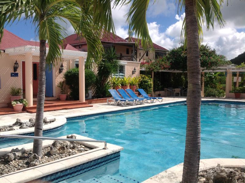 La piscine partagée est ouvert 24 heures par jour avec des chaises longues près de la piscine et un barbecue grill pour tout le monde