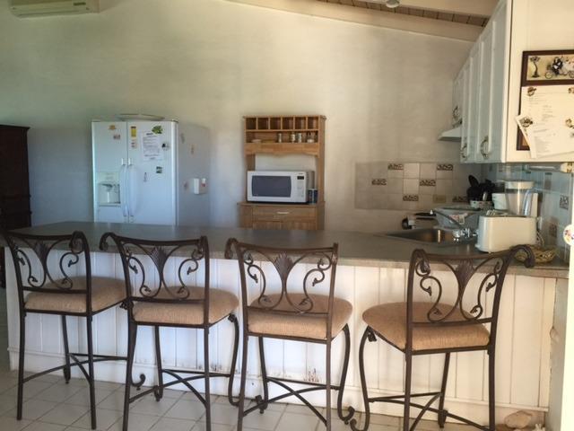 La cuisine a four à micro-ondes, grille-pain, lave-vaisselle et beaucoup d'ustensiles de cuisine.