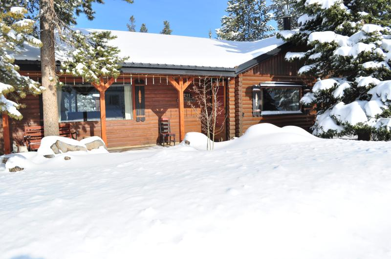 Cabin in winter ... come and play in the snow!
