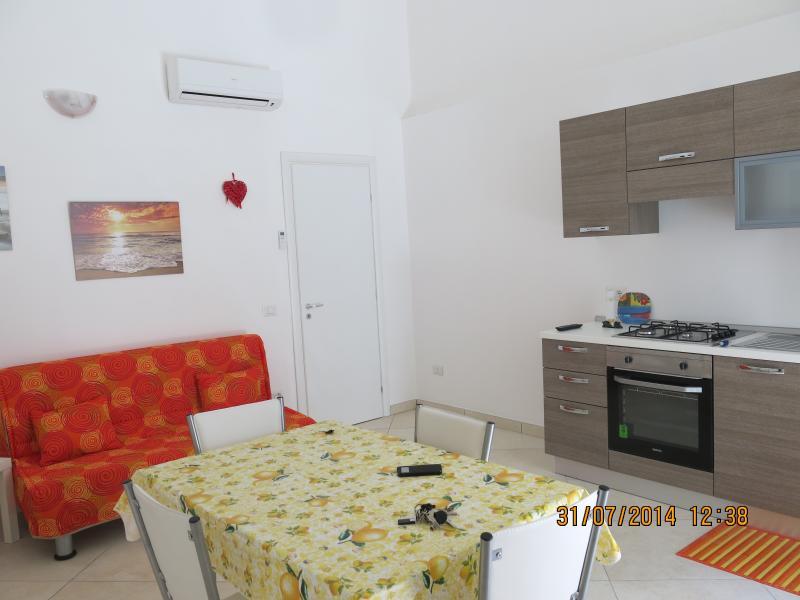 ampia cucina con divano letto