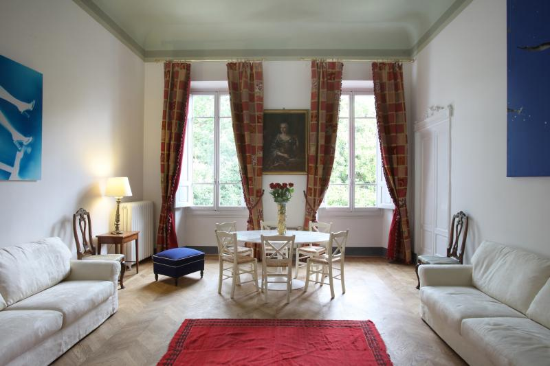 the very large drawing room (take 1)